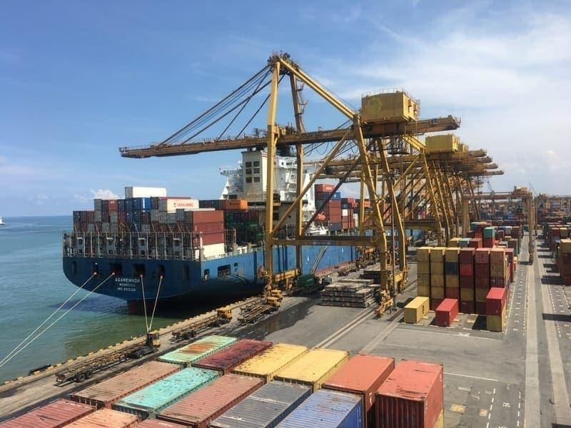 Aktifitas bongkar muat di pelabuhan