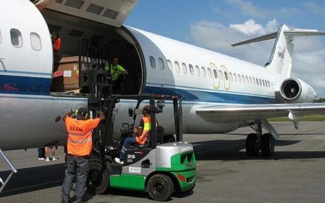 Jasa kargo via udara dengan tarif yang kompetitif dan cepat sampai di lokasi penerima.