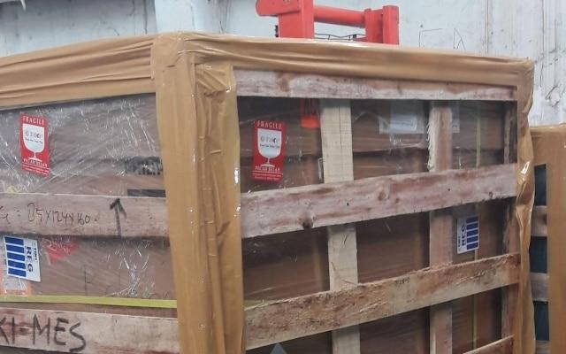 Jasa packing kayu/plastik untuk keperluan pengiriman barang agar aman sampai tujuan.